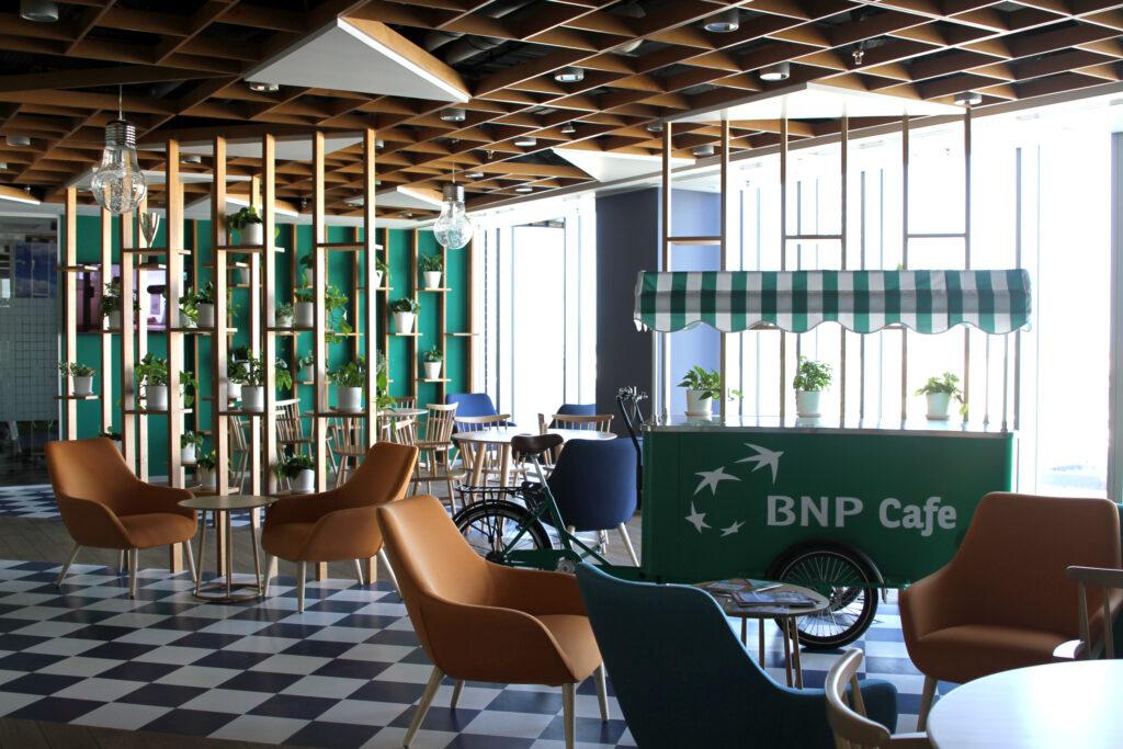 Kawiarnia w siedzibie BNP Paribas Leasing Solutions o motywie przewodnim drewna i zieleni