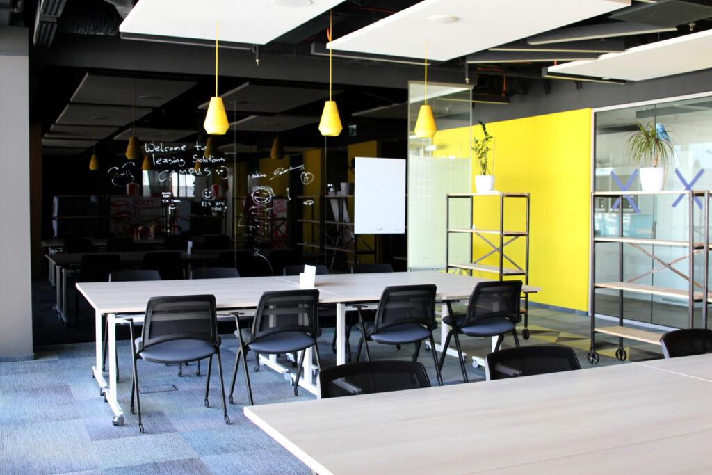 Strefa kreatywna w siedzibie BNP Paribas Leasing Solutions kolorach żółci i czerni oraz elementami drewna